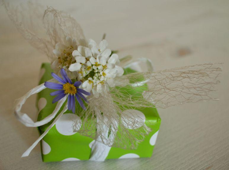 Ein hübsches Geschenkpäckchen mit Blume