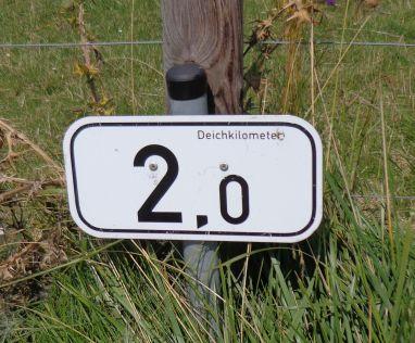 """Kleines Schild: """"Deichkilometer 2,0"""""""