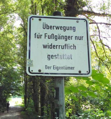 """Schild am Weg mit dem Text """"Überwegung für Fußgänger nur widerruflich gestattet. Der Eigentümer"""""""